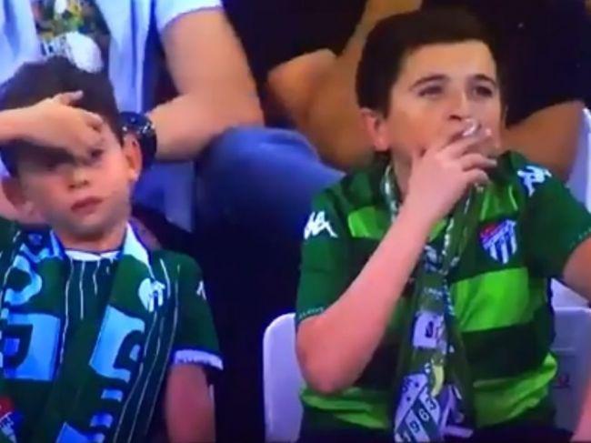 Video: Divákov futbalového zápasu šokoval pohľad na fajčiace dieťa na tribúne