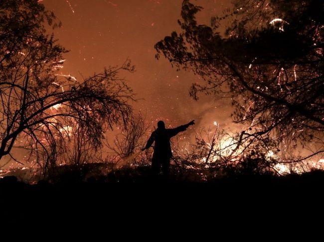 Severnú časť gréckeho ostrova zasiahli opakované výbuchy a požiar