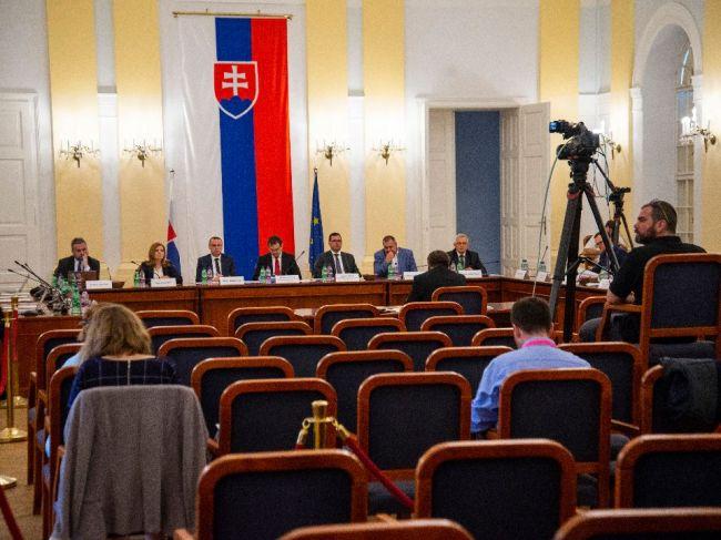 Ústavnoprávny výbor bude v pondelok vypočúvať 16 kandidátov na sudcov ÚS