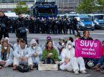Demonštranti blokovali vstup na automobilový veľtrh vo Frankfurte