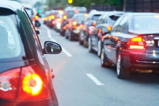 Vodiči hlásia nehody a zdržania na viacerých úsekoch, na D1 až hodinu