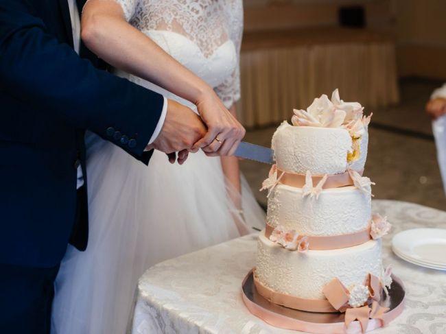 Zvláštny pôvod svadobných tradícií: Od krájania torty až po hádzanie kytice