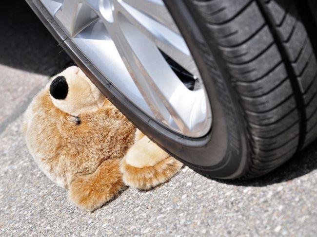 Auto v Michalovciach zachytilo 5-ročné dievča
