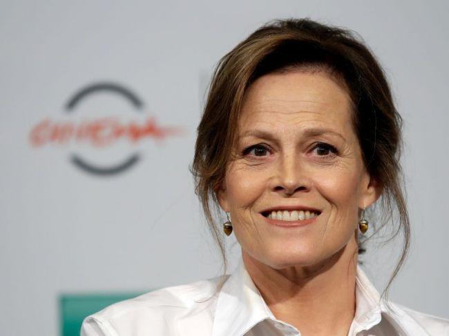 Herečka Sigourney Weaverová, alias Ellen Ripleyová z Votrelca, jubiluje