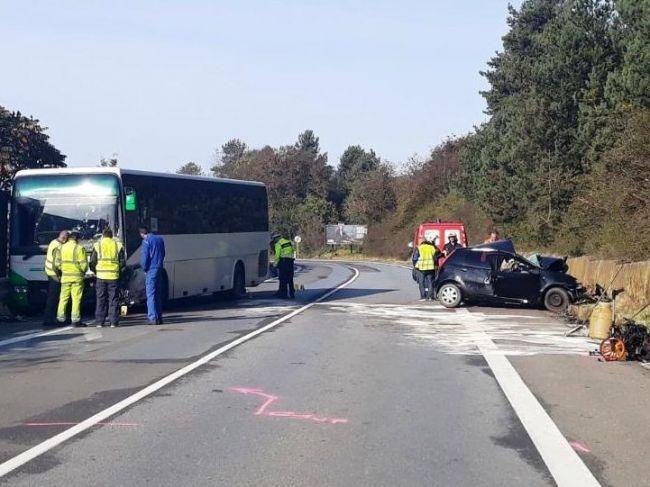 Tragédia na východe: Osobné auto sa zrazilo s autobusom