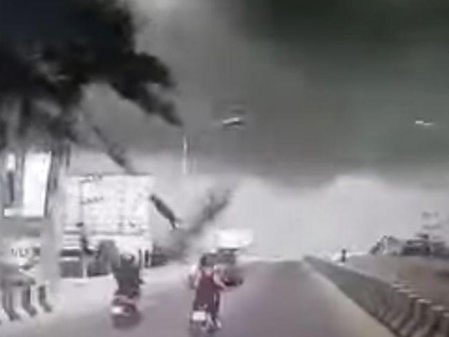 Video: Na motocyklistu v premávke padla odlomená vetva