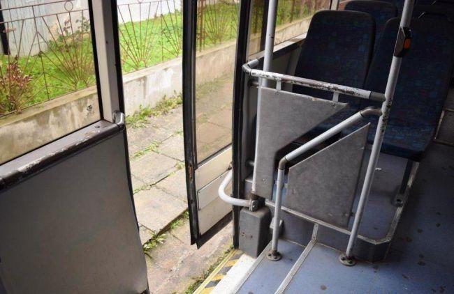 11-ročné dievča za jazdy vypadlo z autobusu, prípadom sa zaoberá polícia