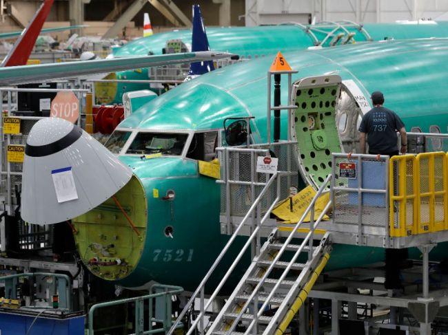 Boeing potvrdil praskliny na zhruba 40 strojoch