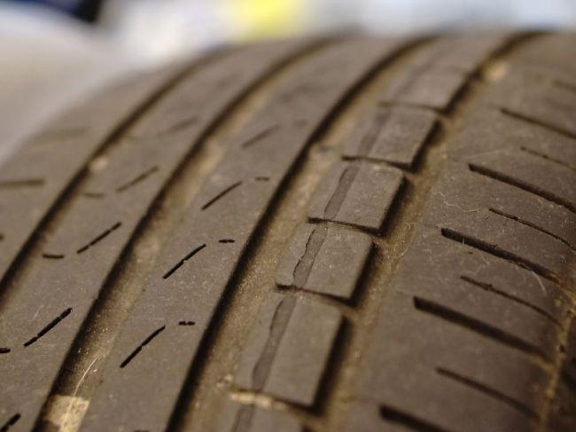 Dve tretiny Slovákov nevedia, ako dlho používať pneumatiky