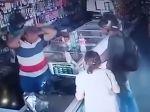 Video: Ozbrojený lupič odmietol starenkine peniaze. Takéto gesto by ste od neho nečakali