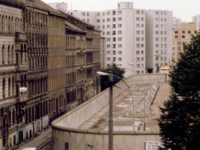 Pred 30 rokmi dostal Berlínsky múr prvú trhlinu
