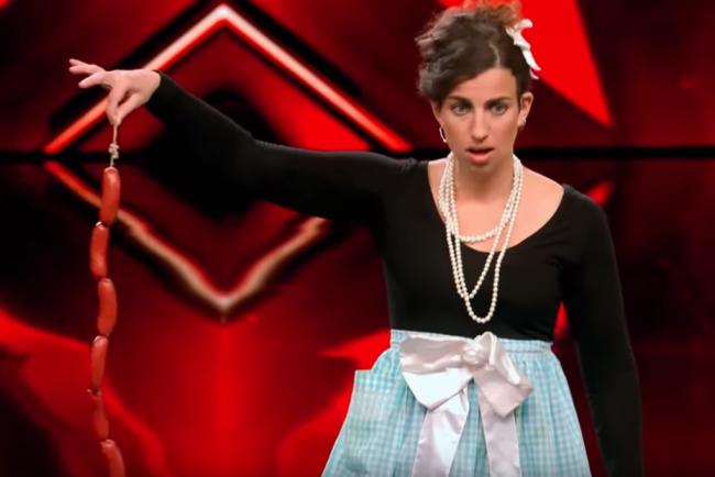Video: Komička šokovala publikum. Klobásy si strčila tam, kde to nikto nečakal