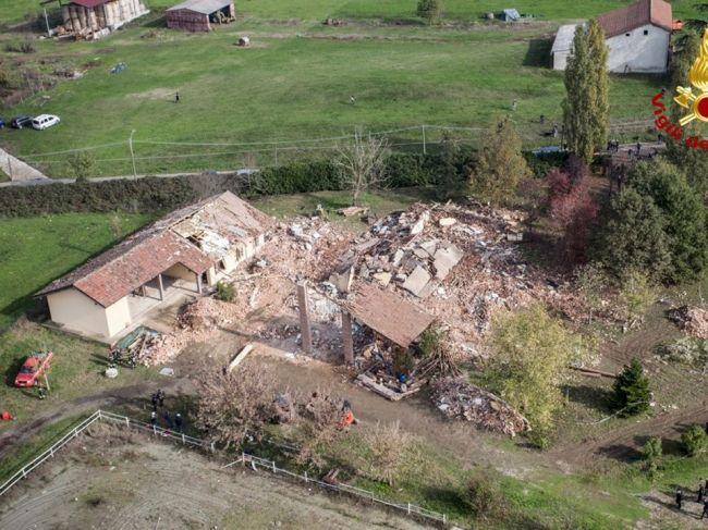 Zadlženého muža obvinili z explózie na svojej farme, zabil 3 hasičov