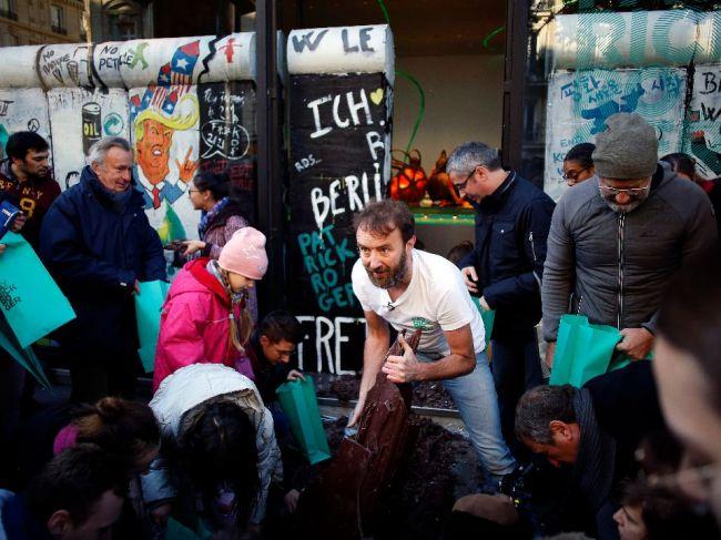 V Paríži zbúrali Berlínsky múr z čokolády - takto chutí sloboda