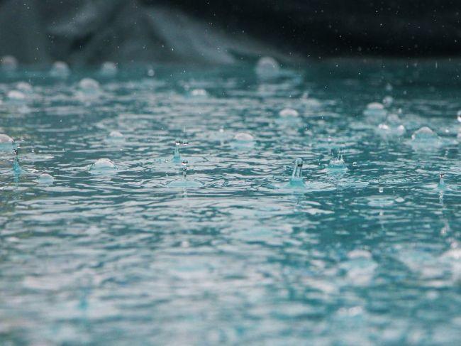 SHMÚ varuje pred intenzívnym dážďom aj v nedeľu