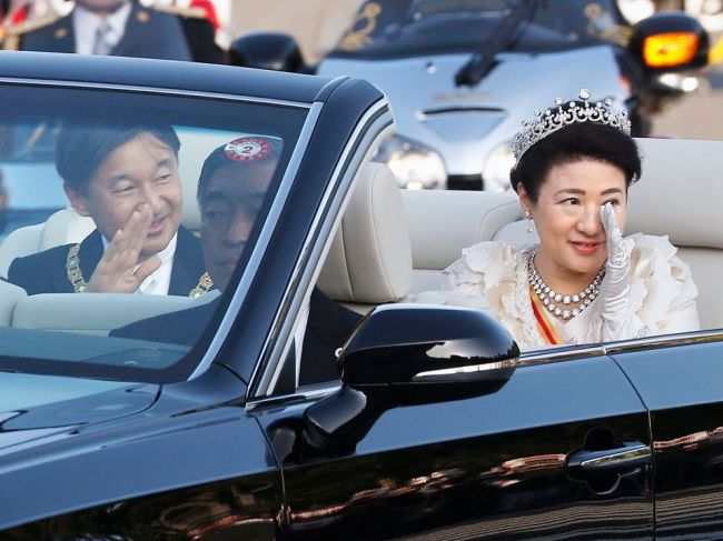 Davy ľudí vítali nového cisára na slávnostnom sprievode