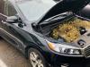 Žene počas jazdy zvláštne páchlo auto. Keď otvorila kapotu, skoro omdlela