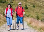 Pri nordic walkingu pracuje vyše 90 percent svalov. Poznáte všetky jeho výhody?