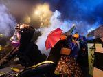 Hongkong: Polícia začala protestujúcich vytláčať z univerzitného kampusu