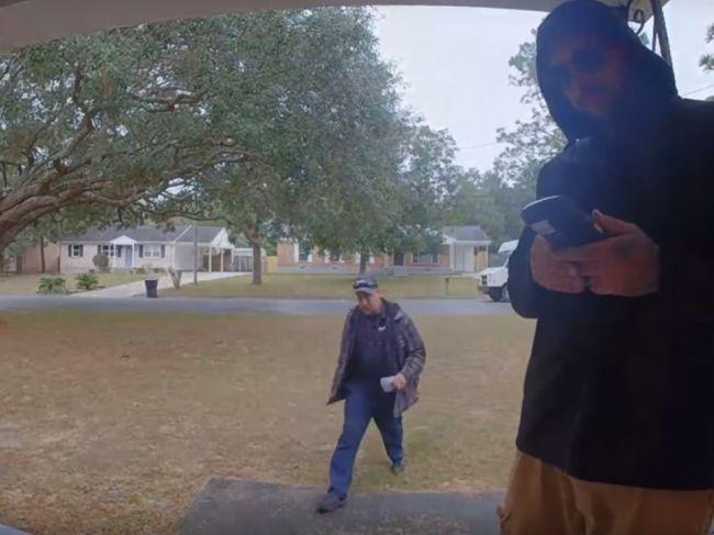 Video: Fotograf nachytal kuriéra, keď hádzal balík pred dom