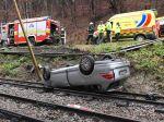 Auto sa po šmyku prevrátilo na koľajnice detskej železnice