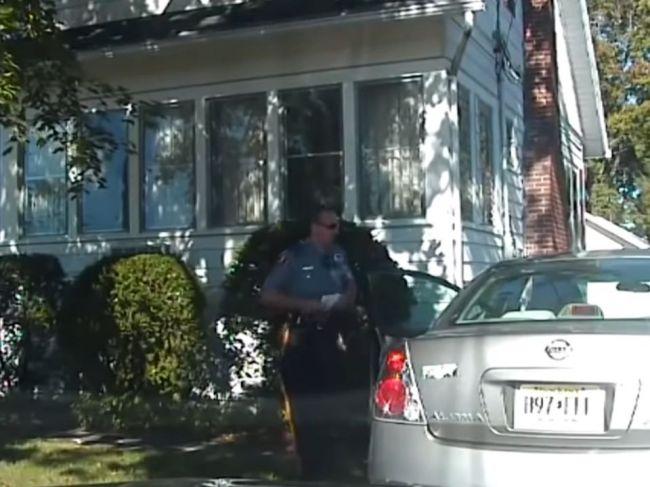 Video: Policajt mal na ženu kričať a mieriť zbraň. Zachránila ho kamera v aute