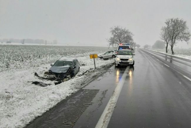 Čelná zrážka dvoch áut si vyžiadala jednu obeť a niekoľkých ranených