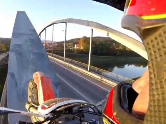 Video: Šialený kaskadérsky kúsok z Bytče: Motorkár prešiel po kovovej konštrukcii mosta