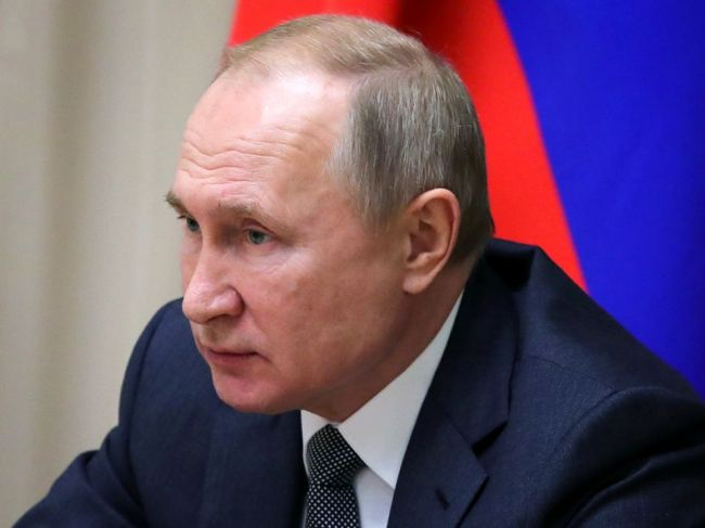 Putin napriek kritike podpísal sporný zákon týkajúci sa blogerov a novinárov