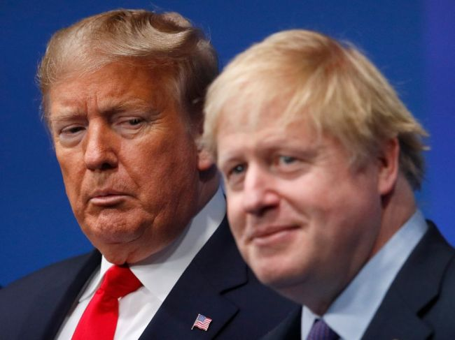 Boris Johnson podporuje digitálnu daň, aj keď tým nahnevá Trumpa