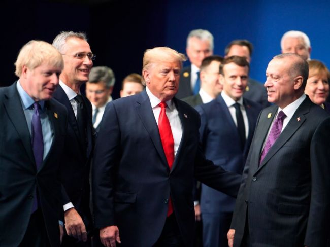 Trump sa popri summite NATO súkromne stretol s Erdoganom