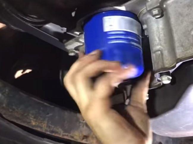 Video: Vodič si dal vymeniť olej v servise. Toto mu vytiahli z motora