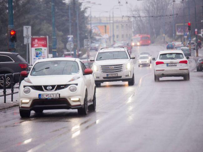 Jazdiť treba opatrne, na mnohých miestach sa tvorí hmla či poľadovica