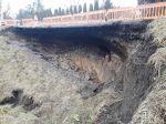 V obci Michalová došlo k zosunu cesty, vodiči by sa mali úseku vyhnúť