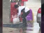 Video: Takéto tankovanie ste ešte nevideli, benzín si chcela odniesť v igelitke