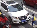 Video: Auto na priechode zrazilo ženu. Takto sa šoférovi pomstil jej malý syn