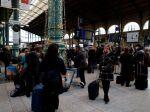 Verejnú dopravu vo Francúzsku naďalej paralyzuje štrajk proti penzijnej reforme