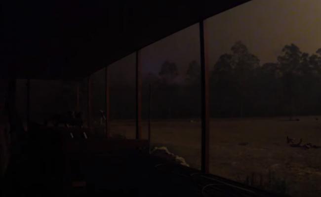 Video: Dvor zahalila čiernota. Cez pozemok sa náhle prehnala ničivá ohnivá smršť
