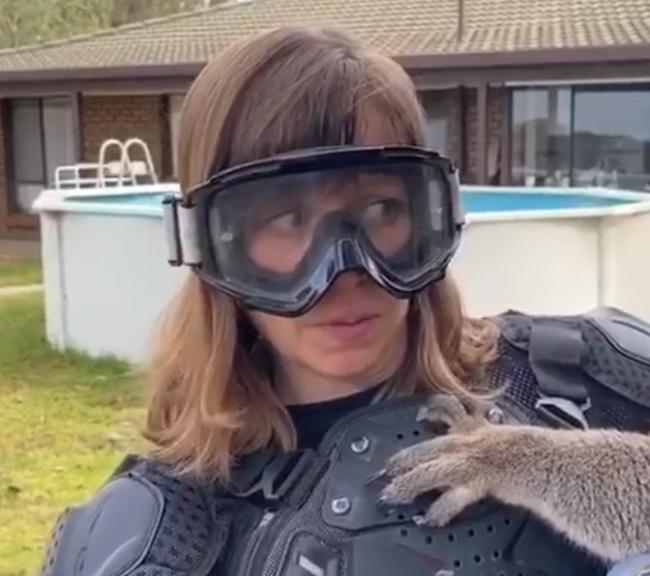 """Video:Austrálčania dali reportérke """"skákajúceho medveďa"""".Takto dobre sa už dlho nenasmiali"""