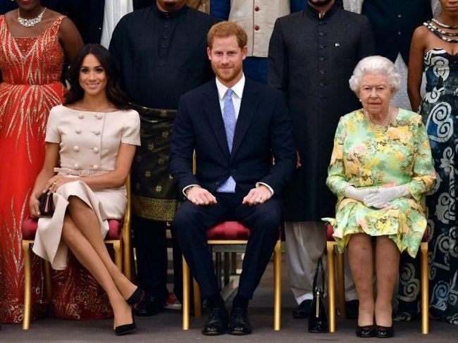 Kráľovná rozhodla o Harrym a Meghan