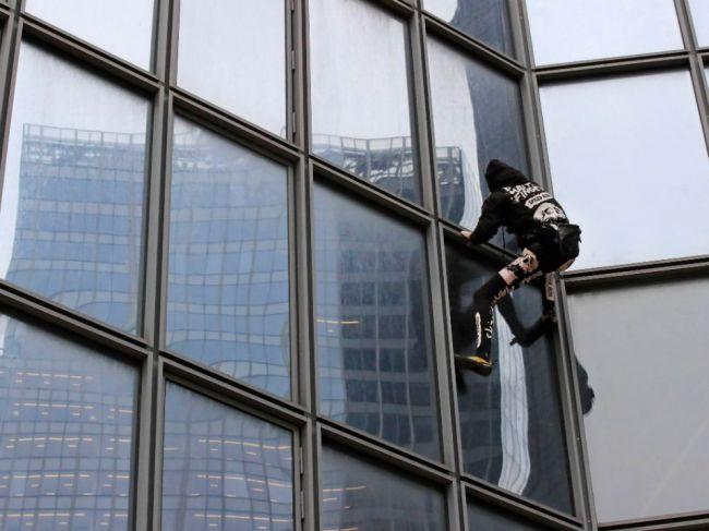 Francúzsky Spiderman zdolal na protest voči penzijnej reforme mrakodrap v Paríži