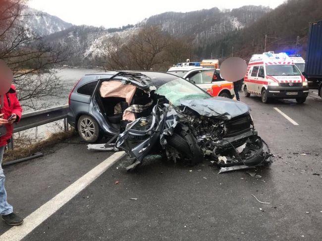Cesta pri Kraľovanoch je pre nehodu neprejazdná