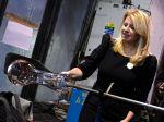 V sklárskej spoločnosti si prezidentka vyskúšala fúkanie skla