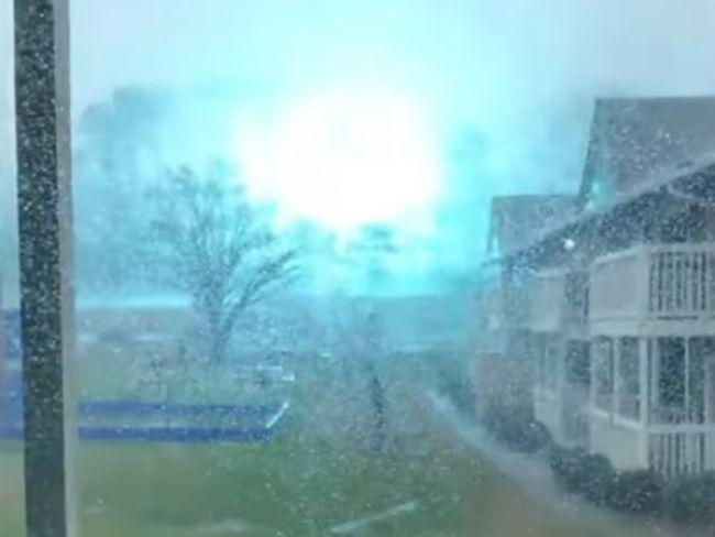 Video: Dievča si chcelo natočiť blesky. Namiesto toho zachytilo tento hrozivý záber