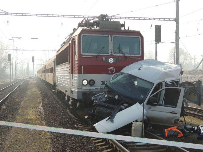 Hasiči zasahovali pri vážnej nehode vlaku a dodávky