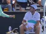 Video: Tenistovi doniesli banán, jeho následná reakcia nahnevala aj rozhodcu