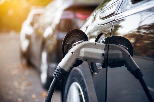 Druhé kolo dotácií na nabíjačky pre elektromobily bude otvorené aj pre firmy