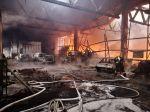 FOTO: Pri likvidácii požiaru výrobnej haly v Šuranoch zasahuje už takmer stovka hasičov