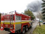 Desiatky hasičov už 55 hodín zasahujú pri požiari výrobnej haly v Šuranoch