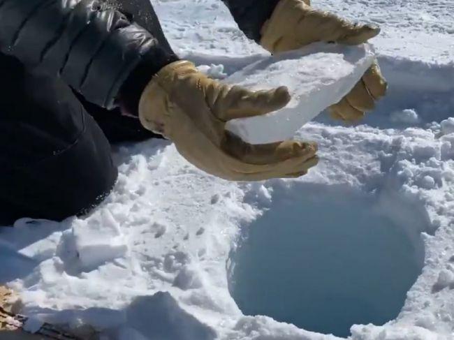 Video: Do snehu vyvŕtali 140-metrovú dieru a pustili do nej ľad. Toto nasledovalo